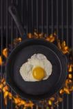Stekt ägg i gjutjärnstekpanna Royaltyfri Bild