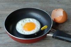 Stekt ägg med pannan Arkivfoton