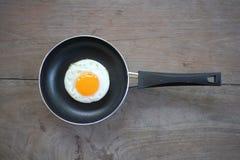 Stekt ägg med pannan Royaltyfri Foto