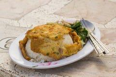 Stekt ägg med ris på plattan Arkivfoto