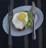 Stekt ägg med rostat bröd Arkivfoto