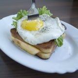 Stekt ägg med rostat bröd Arkivbilder