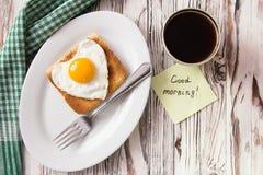 Stekt ägg med rostat bröd på en platta fotografering för bildbyråer