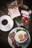 Stekt ägg och kaffe på tabellen arkivfoto