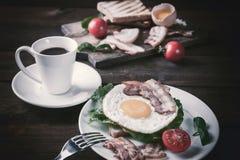 Stekt ägg och kaffe på tabellen arkivbild