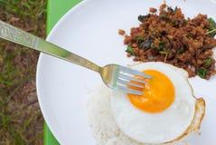 Stekt ägg och kryddig mat, Thailand mat Royaltyfria Foton