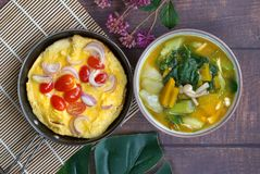 Stekt ägg och thailändsk curry för grönsak, Kang-leang, pålagd trätabl fotografering för bildbyråer