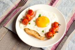 Stekt ägg på bröd och tomater Royaltyfria Foton