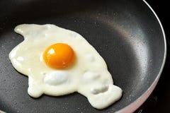 Stekt ägg på en svart panna royaltyfri bild