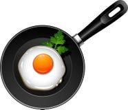 Stekt ägg på pannan Arkivbilder