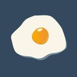 Stekt ägg som isoleras på mörker - blått Arkivfoton