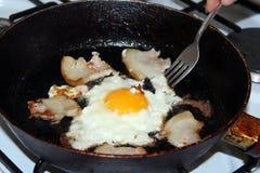 Stekt ägg under matlagning arkivfoton