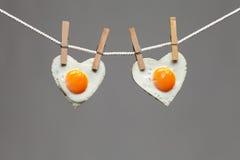 Stekt äggförälskelsehjärta Arkivfoto