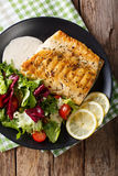 Stekt arktisk röding för fiskfilé med nya sallad- och såsclos Royaltyfria Foton