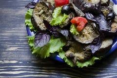 Stekt aubergine med nya sallad och kryddor royaltyfria foton
