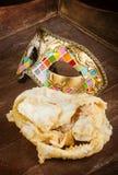 Stekt bakelse av den italienska karnevalet med den venetian maskeringen Arkivbild