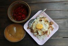 Stekt basilikablad med fega och stekte ägg på ris i träb Royaltyfri Bild