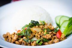 Stekt basilikagriskött och ris Arkivbilder