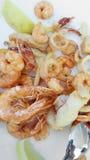 Stekt blandad fisk med tioarmade bläckfisken och räka royaltyfri foto
