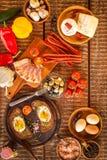 Stekt bröd med ägget och bacon hurtigt m?l Gr?nsaker och stekt ?gg sund frukost arkivfoto