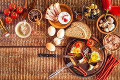 Stekt bröd med ägget och bacon hurtigt m?l Gr?nsaker och stekt ?gg sund frukost royaltyfri foto