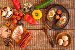 Stekt bröd med ägget och bacon hurtigt m?l Gr?nsaker och stekt ?gg sund frukost arkivbild