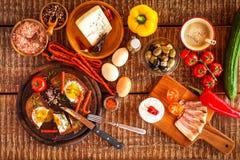 Stekt bröd med ägget och bacon hurtigt m?l Gr?nsaker och stekt ?gg sund frukost royaltyfria foton
