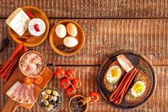Stekt bröd med ägget och bacon hurtigt m?l Gr?nsaker och stekt ?gg sund frukost arkivfoton