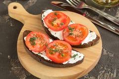 Stekt bröd med ost, tomater och gräsplaner för lunch Royaltyfri Foto