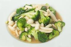 Stekt broccoli och shimejichampinjon i ostronsås Royaltyfri Fotografi