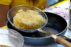 Stekt filippinsk nudel för bihon på pannan Royaltyfri Bild