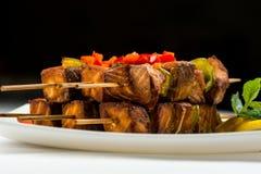 Stekt fisk i citron- och mintkaramellsås på steknålar fyrkant skivad BBQ-lunch Royaltyfria Bilder