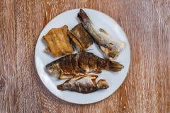 Stekt fisk i en vit platta Royaltyfria Foton
