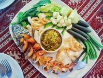 Stekt fisk med chilies, kokta grönsaker, kokt blomkål arkivfoton