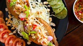Stekt fisk med grönsaker och sallad, kryddig divi för matingrediens Royaltyfri Foto