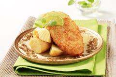 Stekt fisk med nytt, potatisar Fotografering för Bildbyråer
