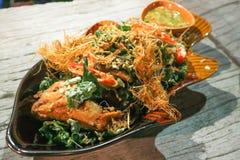 Stekt fisk och stekt grönsak Arkivfoto