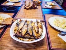 Stekt fisk på den stora maträtten fotografering för bildbyråer