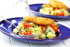 Stekt fisk på grönsaker Arkivbilder