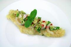 Stekt fisk som tjänas som med kryddig skaldjur Royaltyfria Foton
