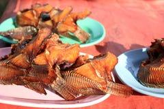 Stekt fisk, stekt fisk på maträtten i marknaden Arkivbilder