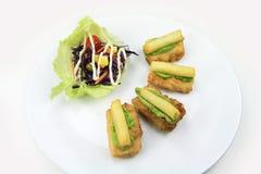 Stekt fiskbönakälla med pommes frites Royaltyfri Bild
