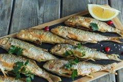 Stekt fiskgoatfishsurmullet med citronen ombord royaltyfri foto