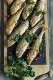 Stekt fiskgoatfishsurmullet med citronen ombord arkivfoto