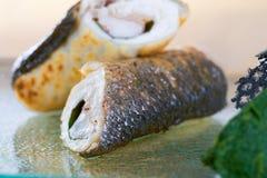 Stekt fiskrulle på den glass plattan Ny skaldjur, closeupsikt på suddig bakgrund royaltyfri fotografi