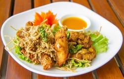 Stekt fisth med hearbs - thailändsk mat Fotografering för Bildbyråer
