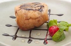 Stekt glass med den körsbärsröda efterrätten arkivfoto