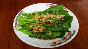 Stekt grönkål med ostronsås Arkivfoto