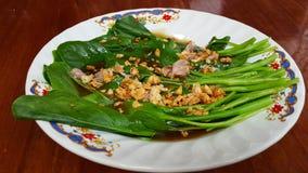 Stekt grönkål med ostronsås Arkivfoton