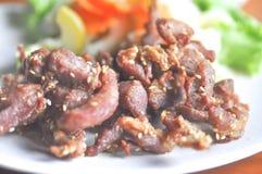Stekt griskött eller djupt stekt griskött med sesam Arkivbilder
